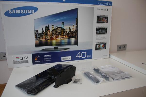 Der 40 Zoll Flachbildfernseher UE40H5070 wird mit Zubehör wie Fuß, Fernbedienung und einer sehr knappen Bedienungsanleitung geliefert.